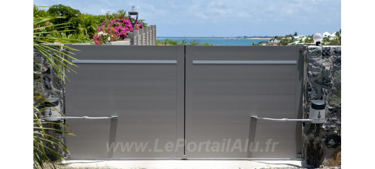 Portail aluminium battant lame large horizontale 220 urban leportailalu for Portail battant alu