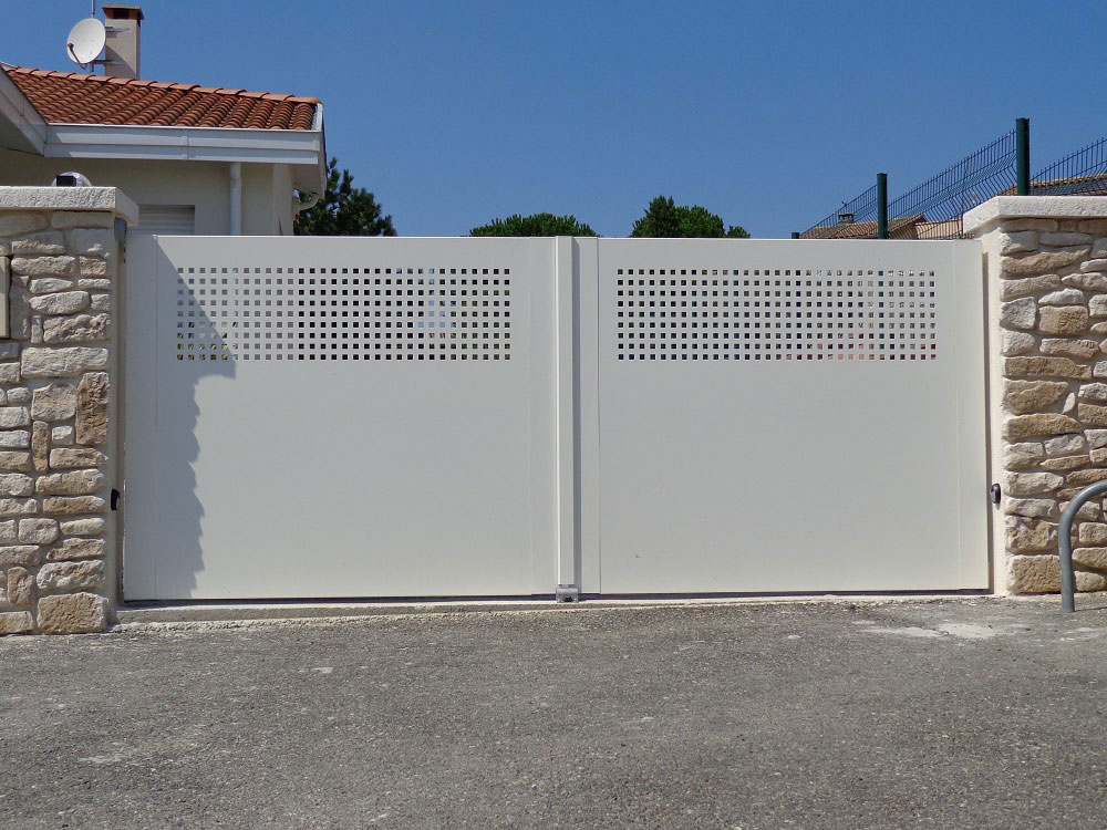 portail battant moderne sur mesure en aluminium leportailalu. Black Bedroom Furniture Sets. Home Design Ideas